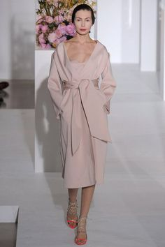 Jil Sander Fall 2012 The smoky rose of Fall in a wrap with oversized sash. Line Shopping, Event Dresses, Jil Sander, Couture Dresses, Dress To Impress, Fashion Show, Milan Fashion, My Style, Classic Style