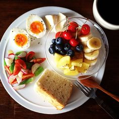 Today's breakfast. My mom sent me some locally made fruits, vegetables and cakes :) 母から地元産の野菜や果物、シフォンケーキが送られてきた!ありがとう!