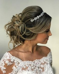 Penteados para noivas Coque Moderno Sweet 16 Hairstyles, Evening Hairstyles, Bride Hairstyles, Headband Hairstyles, Blonde Layered Hair, Updo With Headband, Bridal Hair Inspiration, Quinceanera Hairstyles, Wedding Updo