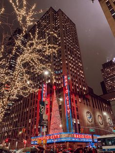 NYC during the holidays is magical! Check out my complete weekend guide to NYC during the holidays! Includes the exact itinerary I used and a hotel recommendation Christmas Family Feud, New York Christmas, Xmas, Christmas Tree, New Year Wallpaper, City Wallpaper, Wallpaper Desktop, Christmas Aesthetic Wallpaper, Christmas Wallpaper