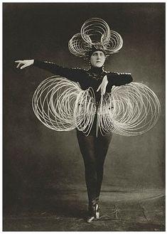 Oskar Schlemmer - Ballet Triadique- Bauhaus Costume