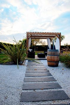 Finde moderner Garten Designs in Weiß von E/P DESIGN - Emilie Peyrille. Entdecke die schönsten Bilder zur Inspiration für die Gestaltung deines Traumhauses.