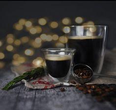 Promo jusqu'à lundi inclusivement : choix entre un verre à Espresso double paroi ou un verre à latté double paroi, tous deux de la marque Trudeau®!#PromoDeNoel #CafeVrac #Cafe #Coffee #TrudeauCuisine Latte, Artisanal, Red Wine, Alcoholic Drinks, Promotion, Tableware, Food, Drinkware, Dinnerware