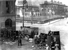 The Irish Free State National Army bombards the Irish Republican Army (IRA) besieged in the Four Courts, on June marking the beginning of the Irish Civil War. Old Pictures, Old Photos, Ireland 1916, Dublin Ireland, Black And White City, Collor, World War One, Thats The Way, City Photography