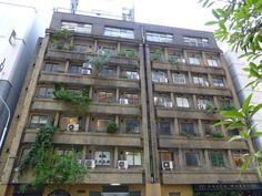 旧銀座アパートメント(奥野ビル)。. 関東大震災復興期の、先進的な鉄筋コンクリート造集合住宅で有名な、「同潤会」の建築部長だった、川元良一の設計だそうです。. そして、1932年(昭和7年)に出来た、このアパート自体、店舗や共同浴場、洗濯場等々を完備した、当時としては、きわめて先進的な、高級アパートだったのだそうです。. それにしても、今となっては、この「古さ」がすごい。. 新築では、どうやっても、この重さ、この厚みは、出ません。. 周囲に建つ、銀座の新しい建物が、薄っぺらく見えました。. http://knakama.seesaa.net/article/388077224.html.