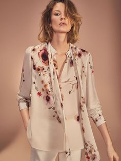 Women´s Winter Bloom - Women at Massimo Dutti online. Enter now and view our autumn Spring summer 2017 Winter Bloom - Women collection. Fashion Now, Vogue Fashion, Fashion Pants, Girl Fashion, Fashion Outfits, Fashion Design, Classic Work Outfits, Chic Outfits, Vintage Chic Fashion