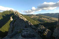 """Der Regionalpark von Gallipoli Cognato – die kleinen lukanischen Dolomiten, ist die Gegend wo man die Gipfel der Basilicata-Dolomiten bewundern kann. Hier werden noch uralte Baumriten gefeiert, die sogenannte """"Hochzeit der Bäume.""""  Foto: Parco Naturale di Gallipoli Cognato – Piccole Dolomiti lucane"""