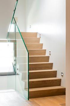 Trap wit strak design modern interieur binnendeuren - Moderne trapmodel ...