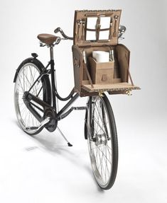 "A bicycle featuring a picnic ""basket"" equipped with plates, cutlery, drawers for sandwiches and a place for wine glasses. Cool and trés chic . Una bicicleta con cesta de picnic incorporada un must de estilo en bici #coolhunting"