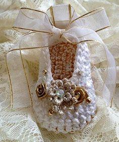 Zapatos de bautizo tejidos con hilo color oro, flores y liston.