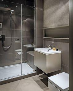 kleines Bad in Beige und Taupe - Dusche mit Glasabtrennung