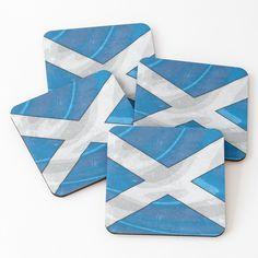 Un accessoire en Masonite (bois compressé) et liège, léger et imprimé d'un côté, que tout le monde devrait avoir. Les dessous de verre sont vendus par 4. Supporte le chaud et le froid. L'impression couleur de qualité supérieure est sublimée par un fini brillant. Tour, Scotland, Boutique, Accessories, Color Print, Coasters, Clock, Slipcovers, Boutiques
