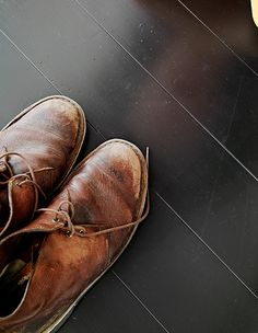 worn brown leather lace-up ankle boots - work boots. nothing like a favorite pair of boots! Looks Style, Looks Cool, My Style, Men's Shoes, Shoe Boots, Dress Shoes, Ankle Boots, Dance Shoes, Desert Boots