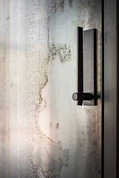 The best Door Pulls to enrich your modern designs. Black Door Handles, Door Pull Handles, Door Pulls, Door Knobs, Modern Door Handles, The Doors, Entrance Doors, Windows And Doors, Barn Doors