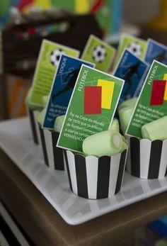 Festa Futebol: 60 Ideias de Decoração com Fotos do Tema Soccer Birthday Parties, Soccer Party, Sports Party, Happy Birthday, Soccer Theme, Party Gifts, Impreza, Party Themes, Birthdays