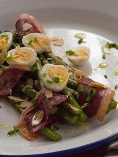 espárragos con huevos de codorniz y jamón de pato