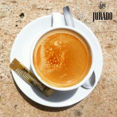 Expresso, con leche, bombón... y si es en una terracita al sol, es un #MomentoJurado fantástico :-)