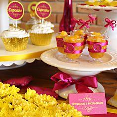 Toppers, plaquinhas de mesa e tacinhas decoradas * Design feito com amor! By #amareatelier | Home engagement - amarelo e rosa | facebook.com/amareatelier