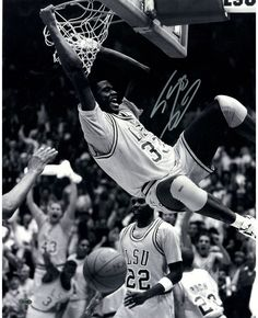 Shaquille O'Neal signed LSU two handed dunk in B/W 16x20 Photo