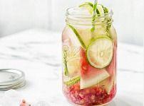 Granaatappel, limoen en watermeloen, klinkt als een heerlijk combinatie! Meng dit met water en je hebt een heerlijk zomers en verfrissend drankje. Ook handig om mee te nemen!
