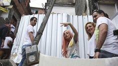 Rio, per Gaga giochi e abbracci nelle favelas