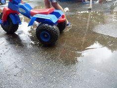 """Kdo nezmokl někdy v létě na kole, ten asi nepochopí, v jakou zábavu se může jízda bez blatníků zvrhnout (po tom, co už odevzdaně a smířeně rezignujete na to, že máte bláto v puse, nose a až za ušima a přes vodu v očích skoro nevidíte na cestu ;-) ). Ale děti to baví, takže déšť na zahradě je ideální doba pro vytažení odrážedel, tříkolek a malých kol. Ať se učí malou dětskou """"školu smyku"""" či jízdu v bahnitém terénu (a snad nezničí celou zahradu)."""