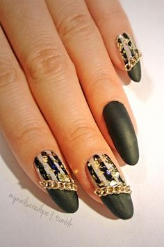 Love these gold chain nails!