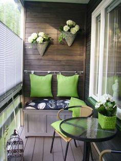 aménager un petit balcon, table ronde en verre, suspension plante, coussins verts