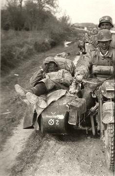 1941, Russie, Un équipage de side car de la 8. Panzer-Division couvert de poussière en progression