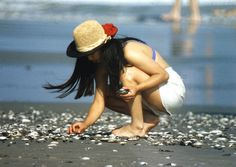 Girl Picking Up Seashells | I took this photograph with my M… | Flickr