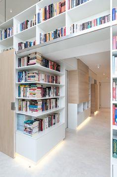 Knihy fungují jako přirozený dekor.