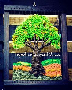#árboldelavida en #telar con #lana natural y #vellón de #latejeduria ...Lo puedes encontrar en la nueva tienda de @teteria_teespero ... visitamos encontrarás muchas sorpresas #hechoamano #handmade #hechoenchile Weaving Techniques, Summer Crafts, Tapestry Wall Hanging, Craft Fairs, Basket Weaving, Fiber Art, Lana, Sculpting, Craft Projects