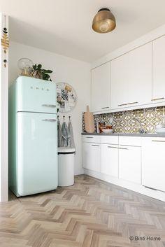styling tips interieur ~ Celebrity Style Smeg Kitchen, Kitchen Cabinets, Smeg Fridge, Straight Kitchen, House Of Gold, Retro Kitchen Decor, Küchen Design, Life Design, Kitchen On A Budget