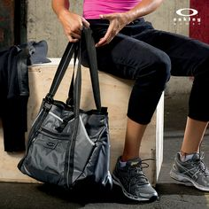 Get sassy with the Oakley Performance Tote exterior pocket designed to hold your yoga mat. Gym bag.