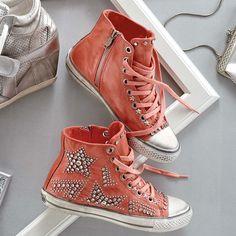 Sneaker in Koralle, verziert mit sternförmigen Applikationen aus Nieten und Strasssteinchen. 169,00 €.