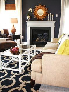 Réalisation d'un salon tradition avec un mur bleu et une cheminée standard.