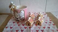 Vuosi vuiodelta olen kokeillut tehdä pienempiä piparitaloja ja aina ne minusta näyttävät söpömmiltä. Tästä ei taida enää pienemmäksi enää muuttua. :) - by Minna -- Piparkakkutalo, Joulu, Gingerbread house, Christmas