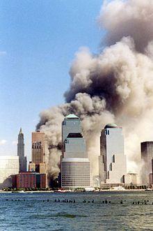10 h 28 : la tour nord (WTC 1) du World Trade Center s'effondre, après 102 minutes d'incendie, suite à l'impact du vol American Airlines 11.