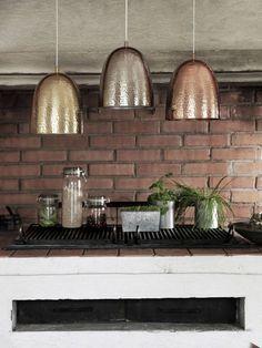 Messinki ja kullta tuovat kotiin lämmintä säihkettä. Metallit toimivat hyvin lampuissa, tarjottimissa ja kynttilänjaloissa.
