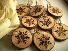 8 naturale fiocco di neve in legno albero tag di ramo per decorazioni natalizie, legno bruciato con un fiocco di neve. Perfetto per piccolo albero