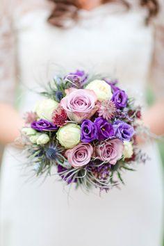 Brautstrauß lila - Bunte DIY Hochzeit mit freier Trauung | Hochzeitsblog The Little Wedding Corner