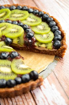 Blueberry and Kiwi Tart Kiwi Blueberry Tart: delectable and packed to its crinkled edges with nutrients (raw, vegan).Kiwi Blueberry Tart: delectable and packed to its crinkled edges with nutrients (raw, vegan). Raw Vegan Desserts, Raw Vegan Recipes, Vegan Sweets, Healthy Sweets, Delicious Desserts, Dessert Recipes, Cooking Recipes, Yummy Food, Healthy Recipes