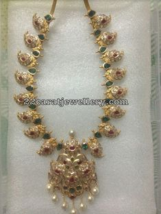 22 carat gold trendy uncut diamond and emeralds mango necklace in medium size. Gold Jewelry Simple, Simple Necklace, Modern Jewelry, Gold Jewellery Design, Emerald Jewelry, Indian Jewelry, Wedding Jewelry, Mango Mala, Uncut Diamond