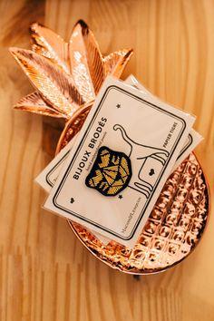 C'est un petit peu par hasard – alors que nous gambadions dans les rues de Liège pour trouver LE cadeau parfait pour la fête de nos m... Rues, Parfait, Concept, Cards, Take Care Of Yourself, Gift, Maps, Playing Cards