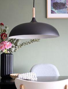 Trendy zwarte eettafellamp met hout https://www.directlampen.nl/simplistische-hanglamp-bronq-hella-zwart-o45-cm