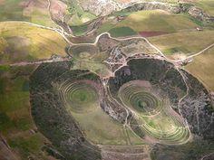 Moray (Peru/Heilige Vallei) - luchtfoto van het Internet. Rechtsboven de plaats waarvandaan de excursies in de concentrische terrassen plaatsvinden.