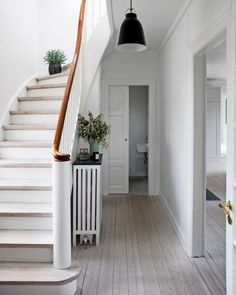 A cosy entryway with plants and a decorative radiator cover. Interior Staircase, Arch Interior, Hallway Inspiration, Interior Inspiration, Decorative Radiators, Wall Clock Wooden, Flur Design, Hallway Designs, European House