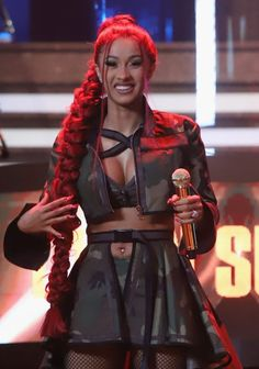American rapper, Belcalis Marlenis Almánzar better known in showbiz as Cardi B has added her voice on the global pandemic, According to her, celebrities are being paid to say they have Coronavirus. Pictures Of Cardi B, Cardi B Photos, Divas, New School Hip Hop, Bet Hip Hop Awards, Bet Awards, Viral Dance, Best Hip Hop, Lab