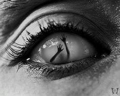 """#despertar Sofremos de uma alucinação, de uma sensação falsa e distorcida da nossa existência enquanto organismos vivos. Maioria de nós tem a sensação que """"eu mesmo"""" é um centro separado de sensação e acção, vivendo por dentro e limitado pelo corpo físico, um centro que """"confronta"""" um mundo """"externo"""" de pessoas e coisas, fazendo contacto através dos sentidos com um universo tanto alienígena como estranho. ~ Alan Watts, Ego and the Universe"""