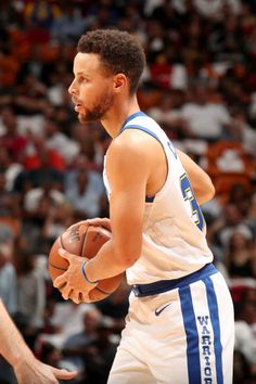 Stephen Curry of the Golden State Warriors handles the ball during the game against the Miami Heat on December 3 2017 in Miami Florida NOTE TO USER...